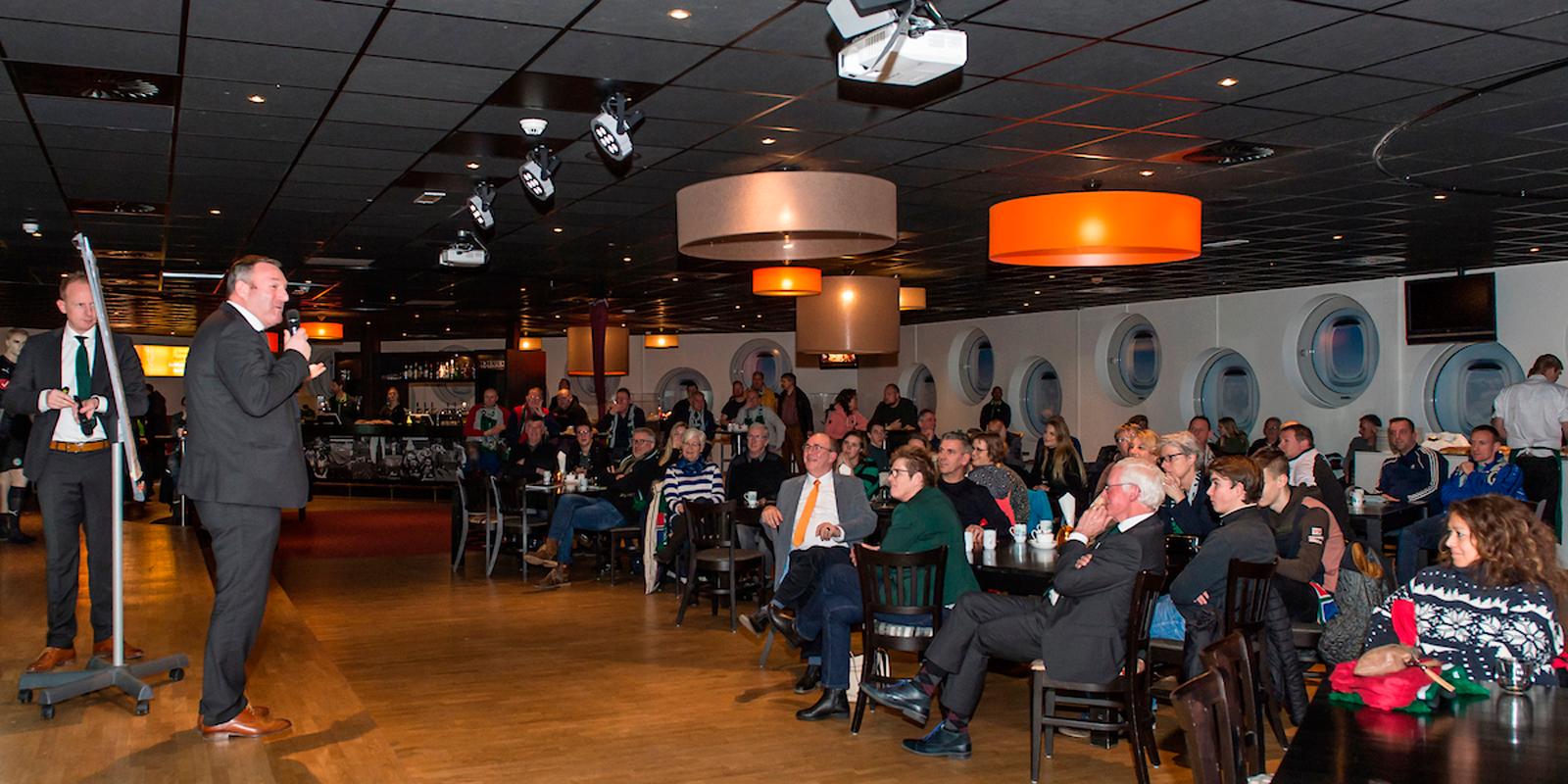 Zaal met mensen tijdens toespraak bij FC Groningen